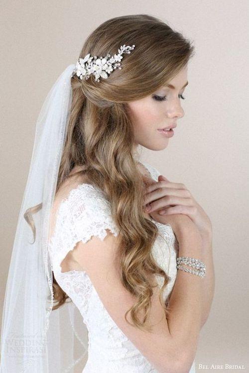 Coiffures de mariage pour les robes avec un train