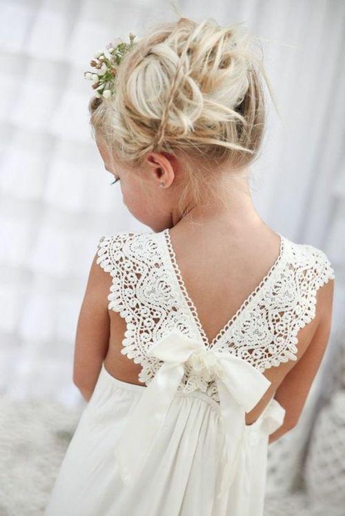25 id es de coiffures de mariage pour petite fille. Black Bedroom Furniture Sets. Home Design Ideas